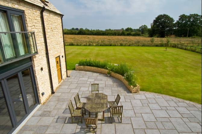Outdoor flagstone paving for great garden style